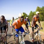 Course de vélo, avec des biclous des années 50, des vélos de mémé pour aller chercher le pain...